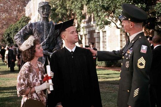 Sally Field si zahrála Forrestovu matku, je přitom jen o deset let starší než Hanks.