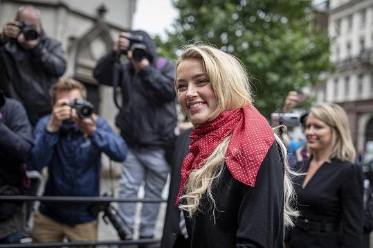 Amber dorazila k soudu ve velmi dobré náladě.