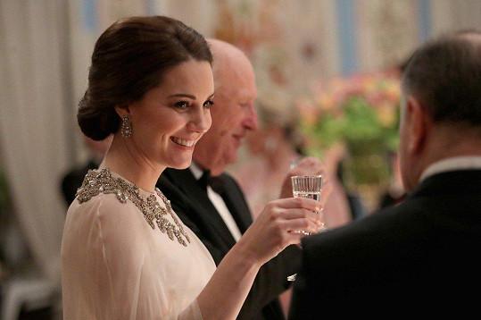 Vévodkyně připila na dobré mezinárodní vztahy.