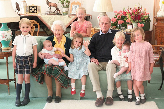 Královna s princem Philipem a pravnoučaty: Zleva: princ George (7), princ Louis (2), kterého drží královna Alžběta II., Savannah Phillips (10, stojí za gaučem), princezna Charlotte (5), princ Philip, Mia Tindall (7), Lena Tindall (2) a Isla Phillips (9)