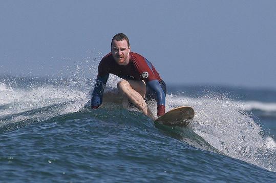 V Mexiku si užíval surfování.