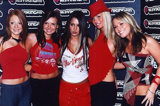 Sarah (druhá zprava) v kapele Girls Aloud