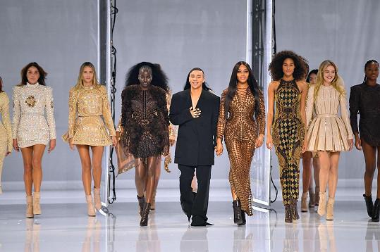 Návrhář Olivier Rousteing se svými modelkami
