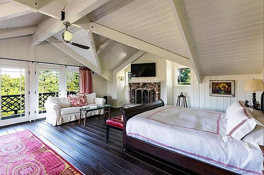 Dům má pět ložnic.