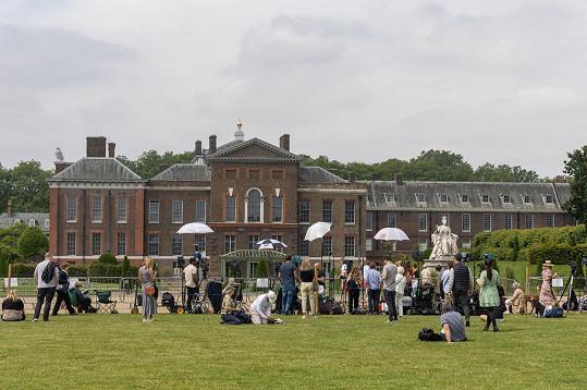 Fanoušci a novináři čekali před Kensingtonským palácem.