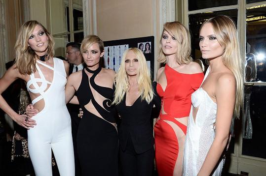Valletta na nedávné přehlídce Donatelly Versace s Evou Herzigovou a dalšími kolegyněmi.