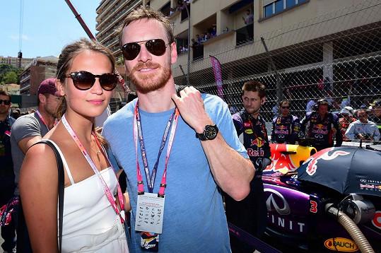 Michael Fassbender s Aliciou Vikander v květnu na Velké ceně Monaka