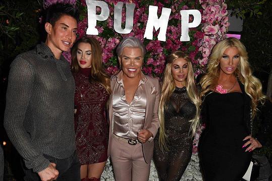 Alves se v USA setkal s přáteli z reality show Plastics of Hollywood. Justin Jedlica (vlevo), Pixee Fox (bruneta v krátkých červených šatech), Marcella Iglesias (blondýnka v tmavých šatech s flitry) a transsexuál, který si říká Nikki Exotika (vpravo).