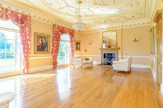 V domě se šesti ložnicemi herec podle britských médií nikdy nebydlel.
