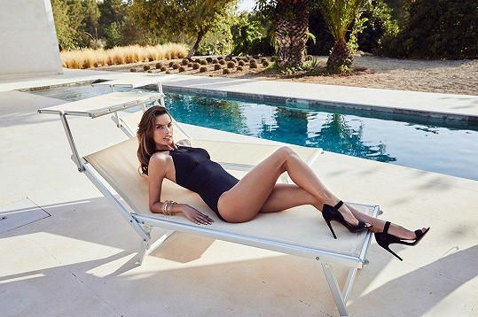 Pózování v plavkách jí jde dobře.