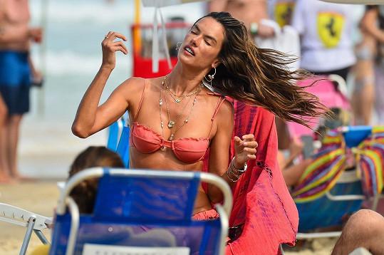 Alessandra Ambrosio relaxuje na pláži ve Florianópolis.