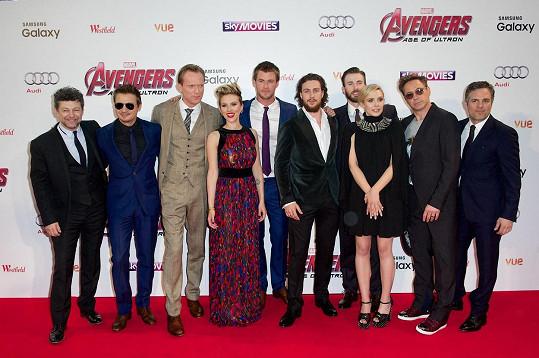 Robert Downey Jr. (druhý zprava) na londýnské premiéře filmu Avengers: Age of Ultron