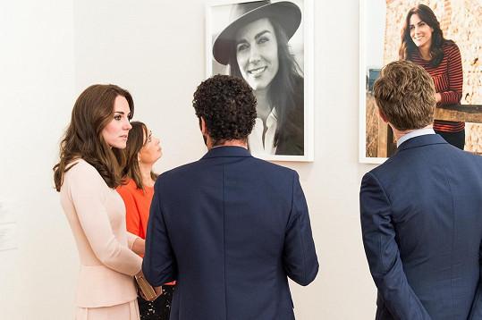 Součástí výstavy jsou i fotografie, které vévodkyně nedávno nafotila v Norfolku.