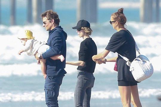 Na pláži vypadali jako spokojená rodinka.