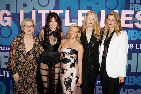 Shailene Woodley je jednou z hvězd mimořádně úspěšného seriálu Sedmilhářky. Na snímku s (zleva) Meryl Streep, Reese Witherspoon, Nicole Kidman a Laurou Dern