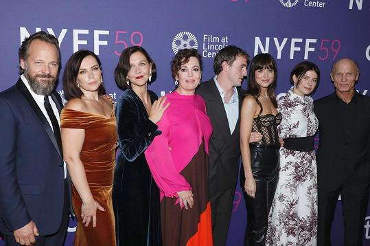 The Lost Daughter je režisérským debutem Maggie Gyllenhaal (třetí zleva). V jejím snímku si zahráli zleva: Peter Sarsgaard, Dagmara Dominczyk, Olivia Colman, Paul Mescal, Dakota Johnson, Jessie Buckley a Ed Harris.