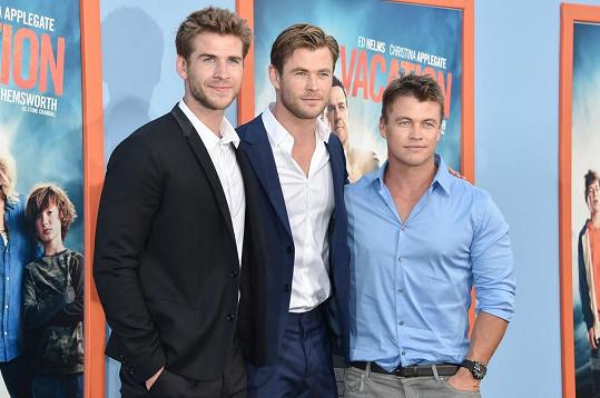Liam, Chris a Luke Hemsworthovi na premiéře komedie Bláznivá dovolená