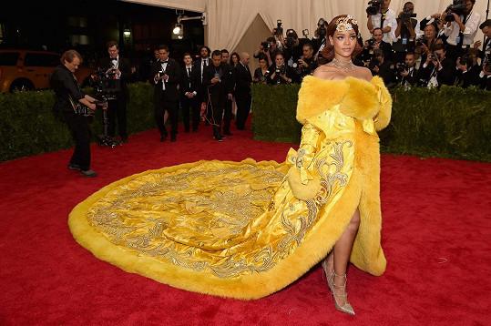 Rihanna všem vzala dech, když se v roce 2015 před Metropolitním muzeem objevila v modelu od značky Guo Pei. Plyšovou, kanárkově žlutou róbu jednoduše nešlo přehlédnout...