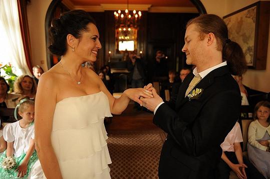 Pavel Šporcl a Bára Kodetová jsou konečně manželé.