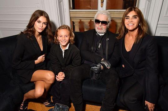 V dobré společnosti: Hudson po boku Karla Lagerfelda, modelky Kaii Gerber a módní editorky a někdejší šéfredaktorky francouzské Vogue Carine Roitfeld (vpravo)