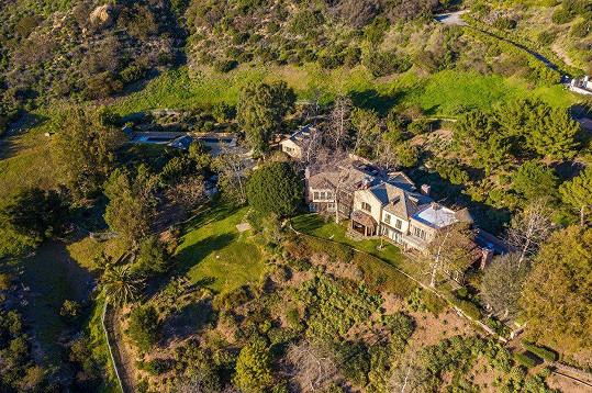 Nádherná rezidence má pozemek o výměře 5,5 akrů.