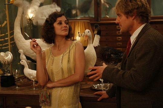 Marion s Owenem Wilsonem ve filmu Půlnoc v Paříži (2011)