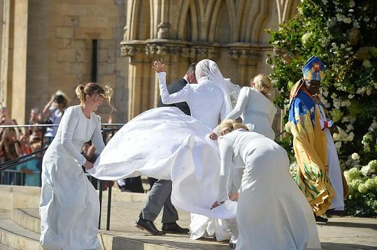 Nevěsta a její družičky zápasily s větrem, sukni ale udržely dole.