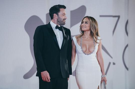 Na filmové premiéře v Benátkách se na sebe stále usmívali.