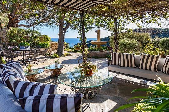Z venkovní terásky i balkonů je panoramatický výhled na oceán.