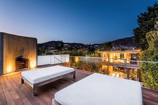 Terasa na domku má krásný výhled.
