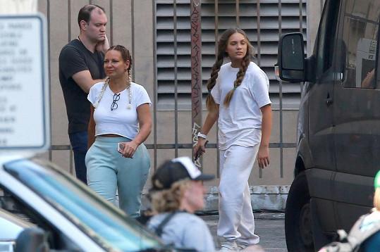 Film režírovala zpěvačka Sia. Na snímku s Maddie.