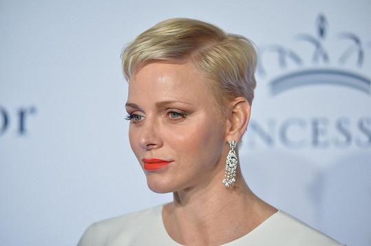 V roce 2016 byla platinovou blondýnkou s krátkými vlasy.