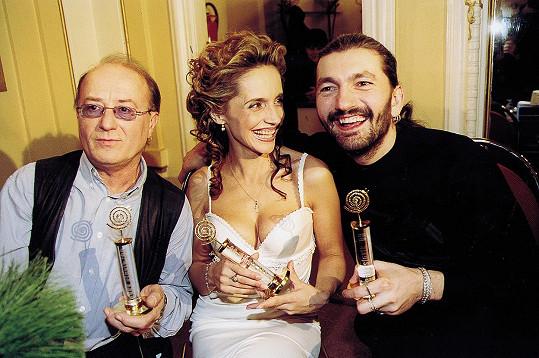 Lucie Bílá přebírá roku 1998 jednoho ze svých dvaceti Slavíků. Na snímku s Petrem Jandou a Danielem Hůlkou