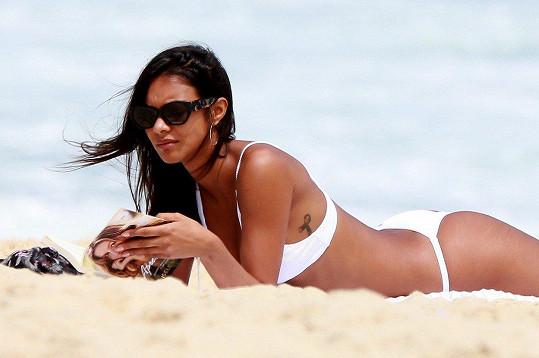 Modelka relaxovala na pláži.