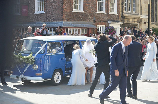 Ellie Goulding přijela k Yorské katedrále v retro mini buse.