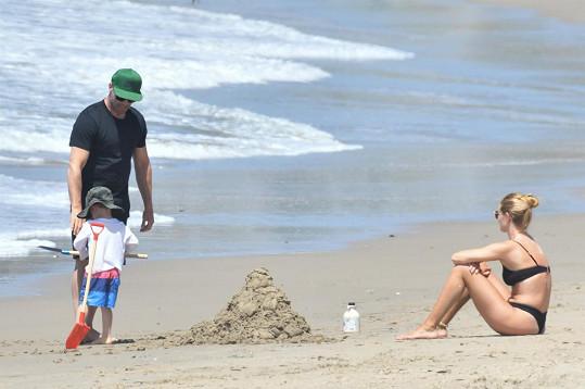 Rosie vyrazila na pláž se snoubencem i jejich tříletým synem Jackem.