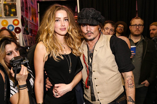 Johnny Depp se svou bývalou manželkou, herečkou Amber Heard, se kterou se nyní soudí.