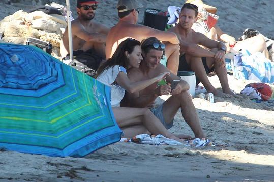 Minnie na pláži v Malibu s přítelem Nevillem Wakefieldem