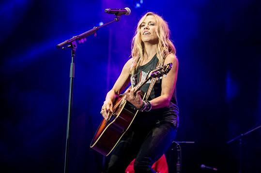 Delší světlé vlasy zpěvačce moc sluší.