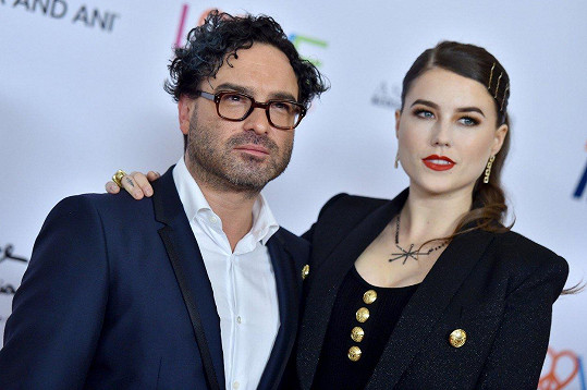Johnny Galecki s partnerkou Alainou Meyer