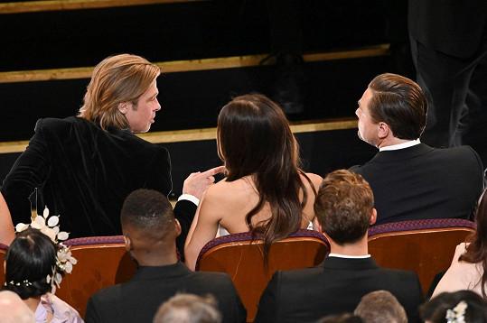 Na udílení Oscarů zasedli v první řadě. Místo mezi nimi zaujala DiCapriova přítelkyně Camila Morrone.