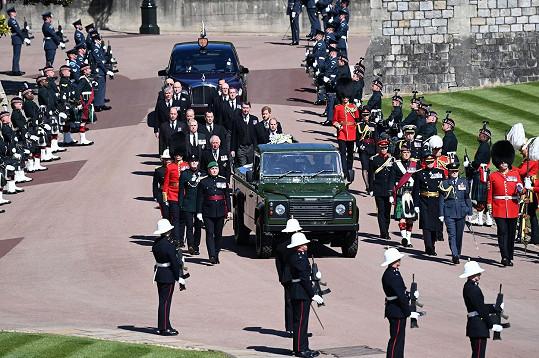 William a Harry stáli každý na jiné straně.
