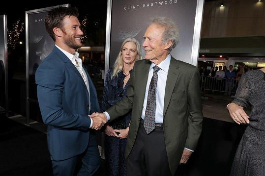 Scott se svým slavným otcem Clintem na premiéře filmu Pašerák.