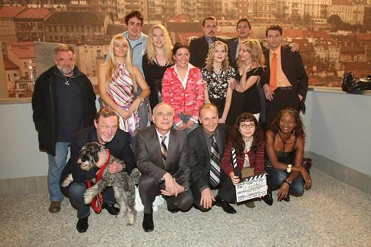 Romana Goščíková (uprostřed) s kolegy ze seriálu Ošklivka Katka na archivním snímku