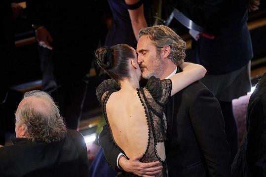 Rooney Mara a Joaquin Phoenix dávají svou lásku na odiv i na předávání cen.