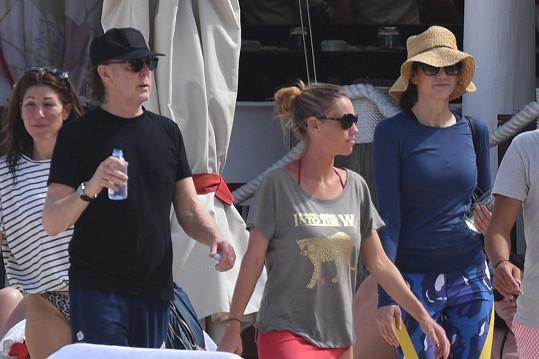 Nenápadní manželé Paul a Nancy (vlevo) umí splynout s davem...