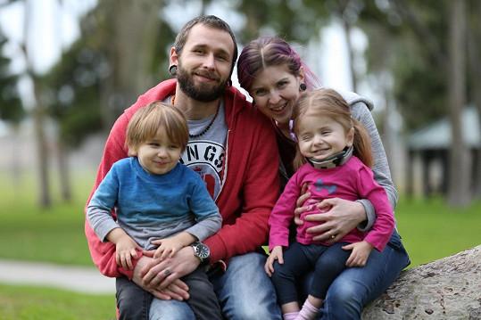 Žije s maminkou Chelsea Lush, tatínkem Curtisem a tříletý bratrem Felixem v Kalifornii.