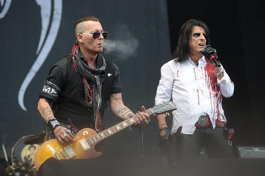 Depp pomohl s charitativním koncertem na podporu nadace Alice Coopera (na snímku vpravo)