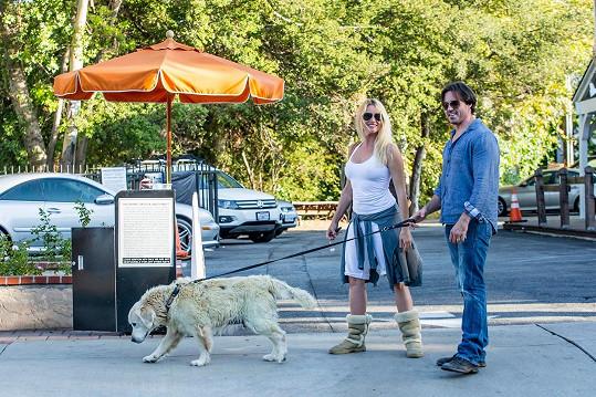 Restauraci navštívila s přítelem i jejich psem.