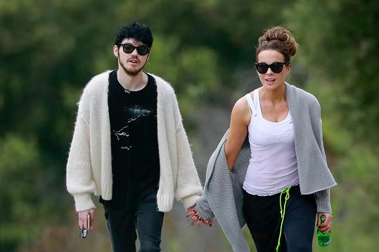 Kate randí s o 24 let mladším Goodym Gracem.